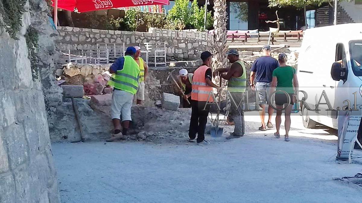 Thyhet me kazëm muri ngjitur me Torrën Veneciane në Durrës